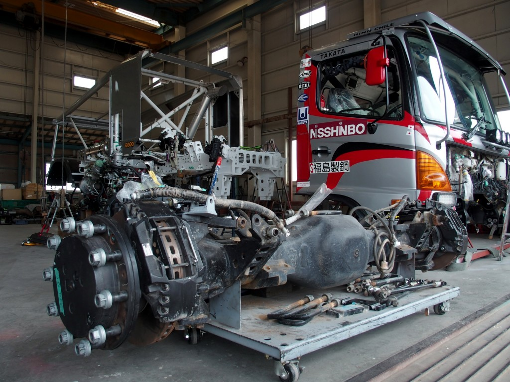 If anyone thinks truck rallying is an easy road, just take a look at this massive rear axle assembly of the racing Hino 500 Series truck.