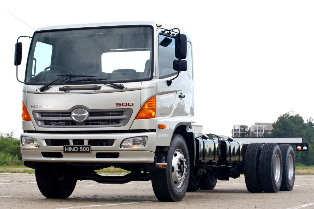 The new longer wheelbase Hino 2626 model offers a significant improvement of 2 000kg in payload. There is a lift axle option for improved fuel economy and less tyre wear on the rearmost axle.