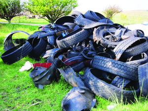 Have a close look at these treads picked up on the N3 during 2010. Looks to us like a lot of the treads are still in good condition which means they have fallen off prematurely. Why? After all, a tyre tread does not indicate the end of its legal life by flying off the tyre. So why should it do so before that time has arrived? Something is going wrong out there.