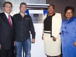 Engen CEO Nizaam Shalle; Raizcorp CEO Allon Raiz; Minister of Energy Dipuo Peters; and Ethekwini Deputy Mayor Nomvuso Shabalala unveiling the plaque declaring Raizcorp Prosperator Durban as the Centre of Excellence.