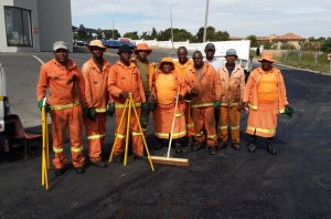 FleetWatch recently came across this pothole repair crew from the JRA working on a Sunday to repair the roads in the Honeydew area. Well done ladies and gents. We appreciate you giving up your family time on a Sunday to make our roads driveable and safe.