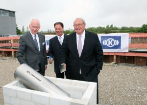 Official ground-breaking ceremony (from left to right): Prof. Dr. Gunter Henn, chairman of the architectural practice HENN GmbH (Munich); Dr. Albrecht Köhler, managing director of Knorr-Bremse Systeme für Schienenfahrzeuge GmbH; and Heinz Hermann Thiele, owner and chairman of the Supervisory Board of Knorr-Bremse.