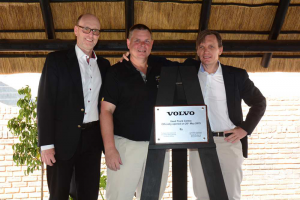 The new Volvo Used Truck centre was officially opened by Torbjörn Christensson, president of the Volvo Group SA (left), GM for the Volvo Used Truck Centre, Harold Donachie (centre) and MD of Volvo Trucks SA, Christian Coolsaet (right).