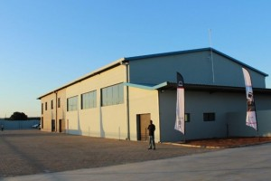 It looks pretty normal from the outside but the new R30-million Matola Truck & Bus Mozambique dealership is a highly sophisticated facility boasting a 1 200-square metre workshop, a 400-square metre parts department and 600-square metres of office space. The workshop includes three service bays, eight repair bays and a wash bay.