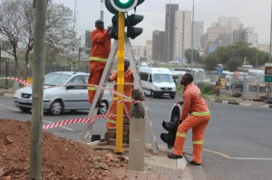 A JRA Traffic Signal team replaces a damaged traffic signal at Mandela Bridge. There are a total of 2 135 signalled traffic intersections in Johannesburg.