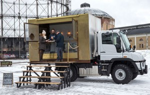 The Unimog U 318 food truck is used for company events, birthday parties or public events around Finland. These also take place off-road and in the thick of the winter, such as was the case with a food exhibition recently.