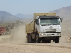 The site's major obstacles are heat, powdered dust and extreme gradients, conditions which the FAW 28.280FD tippers have proved themselves to be well up to facing.