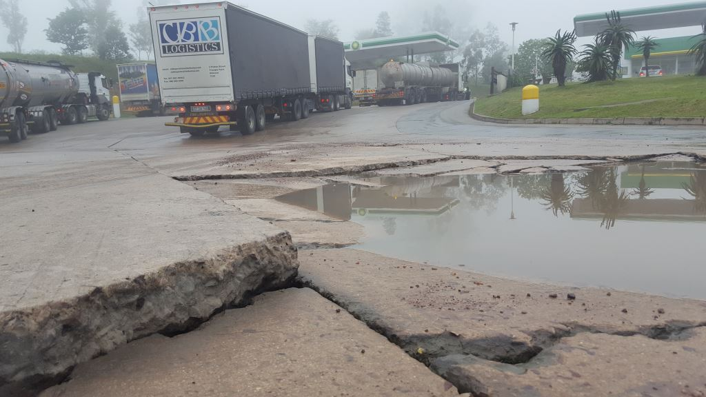 This is what the 'trucks only' entrance to the BP Ridge Oasis on the N3 looks like. And it's been like this for years.