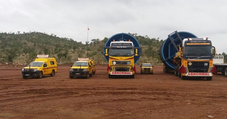 The convoy vehicles: Once on the road, the vehicles travelled a maximum of eight hours per day at a speed of no more than 50 km/h, always escorted by a police vehicle. The load travelled through Gauteng, Mpumalanga and Limpopo before crossing into Zimbabwe. It was a 12-day journey of more than 1 000km.