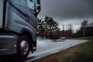 A vehicle standing still by the roadside, for instance owing to an obstruction, risks being hit from the rear. The risk is particularly severe in poor visibility, for instance in a sharp bend. Since Volvo Trucks and Volvo Cars now share safety-related data between their respective cloud services, Volvo trucks and Volvo cars with the service activated can alert each other to traffic hazards.