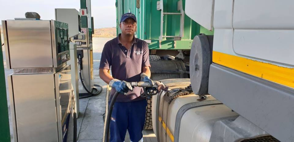 At Tugela, one truck filled up with 589 litres (50ppm) at R15.28 per litre. The total came to R9 000. Add the R1.24 per litre increase from 12.00pm, and the same 589 litres would add another R730.44 bringing the total cost to R9 730.44. This truck was carrying yellow maize to Durban harbour for export.