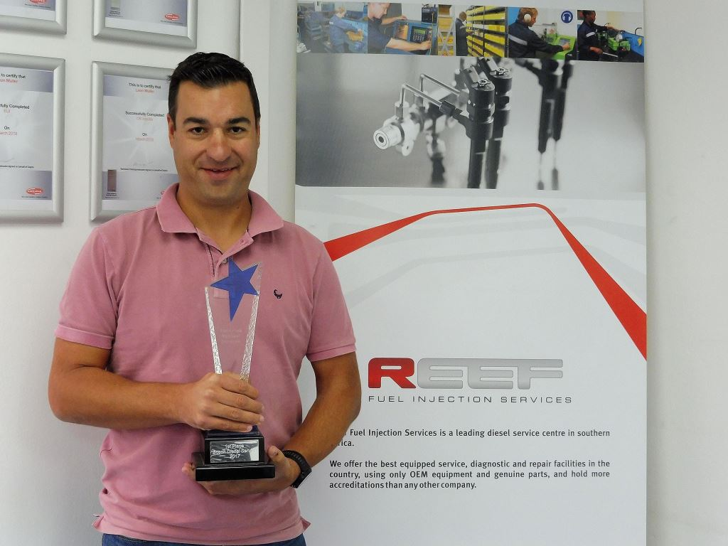 Warren Hauser from Reef Fuel Injection Services proudly holds the Bosch Service Centre of the Year trophy.