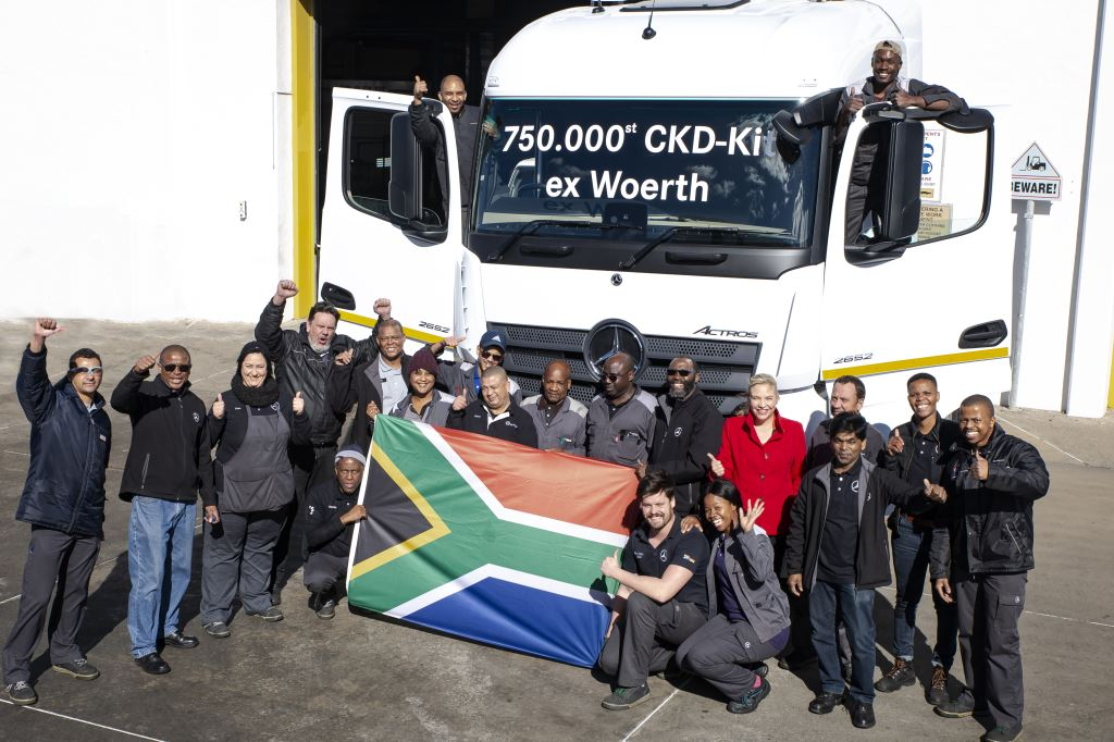 It was a happy occasion for Daimler Truck and Bus Southern Africa (DTBSA) management and staff from the East London plant when this Actros 2652 LS 6x4 rolled off the production line after being assembled from the 750 000th CKD kit to come out of the CKD Centre at the Wörth plant in Germany. The lady in red is Maretha Gerber, Head of Mercedes-Benz Trucks at DTBSA. On her right, sporting a fine growth of beard, is Gladstone Mtyoko, head of Manufacturing, DTBSA.