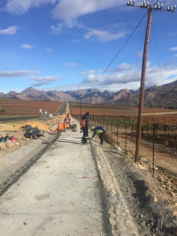 Aside from encaging the pedestrian bridge, SANRAL is also building sidewalks alongside the N1 at De Doorns to keep pedestrians away from truckers and motorists using this road.