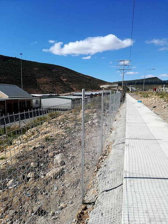 A completed section of the pedestrian walkway running alongside the N1 at De Doorns. The encaged pedestrian bridge can be seen in the background.
