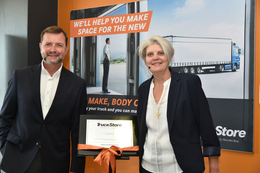 Michael Dietz, CEO of Daimler Trucks & Buses Southern Africa and Annelie van Rooyen, Head of Used Trucks, unveil the commemoration plaque of the new TruckStore facility in Centurion.