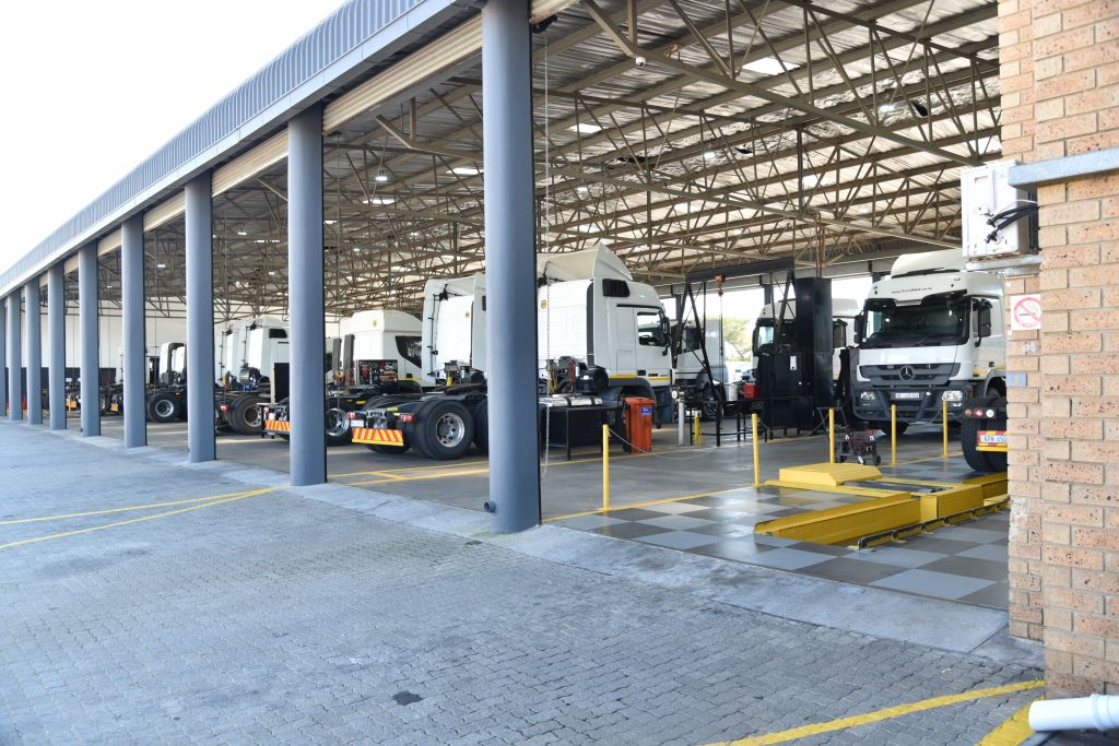 At the rear of the new TruckStore facility is an approximately 3000sqm fully-equipped and dedicated Mercedes-Benz approved workshop and parts center for Mercedes-Benz TruckParts and Fuso Value Parts.